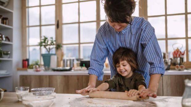 Cómo enseñar a los niños a hacer pan en casa