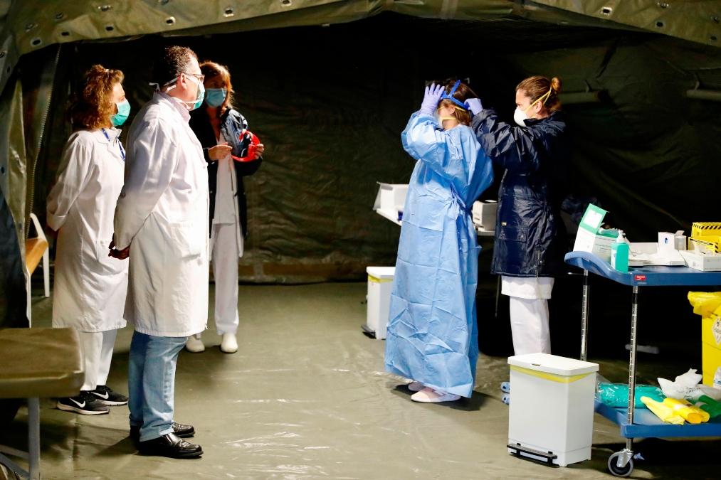 Sanitarios en el hospital de campaña en Asturias.