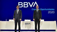 El presidente y el consejero delegado de BBVA, Carlos Torres y Onur Genç, durante la celebración de la junta de accionistas de BBVA 2020.