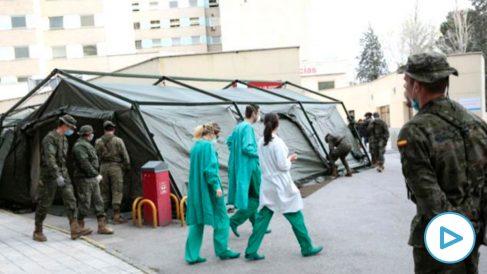 Efectivos del Ejército de Tierra trabajando en la infraestructura del hospital de campaña ubicado en el Hospital Gregorio Marañón de Madrid. (Foto: Efe)