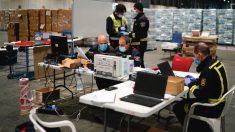 Técnicos organizando el almacén instalado en el Pabellón 10 de Ifema. (Foto: Comunidad)