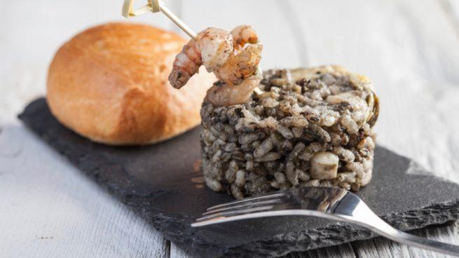 Receta de arroz negro con sepia y guisantes