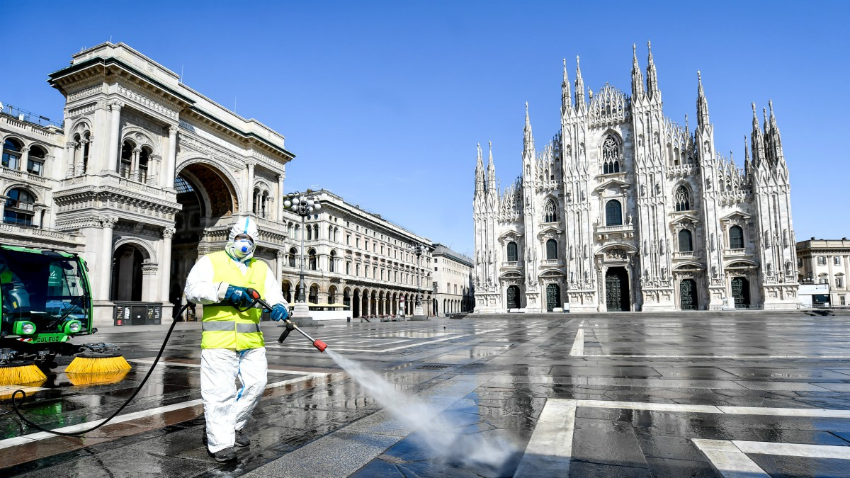 Labores de limpieza en Milán (Claudio Furlan/LaPresse via ZUMA / DPA)