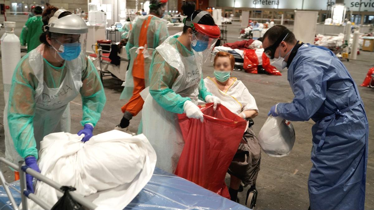 Fotografía facilitada por la Comunidad de Madrid, del personal sanitario atendiendo a pacientes en el hospital de campaña de Ifema, en Madrid. (Foto: Efe)