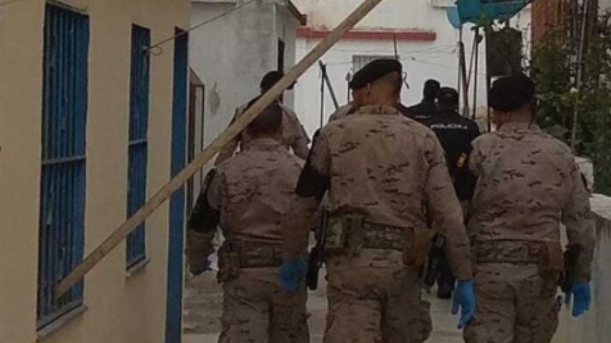 Militares patrullando las calles contra el coronavirus.