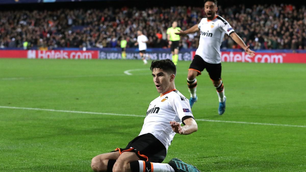Carlos Soler celebra un gol con el Valencia (Getty).