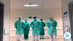 Profesionales sanitarios que luchan contra el coronavirus bailando durante uno de sus ratos libres.