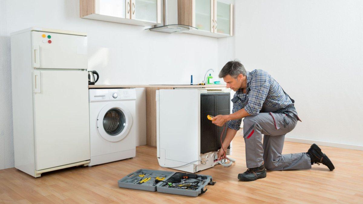 Técnico arreglando un electrodoméstico