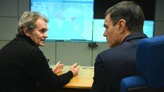 El presidente del Gobierno, Pedro Sánchez, con el director del Centro de Coordinación de Alertas y Emergencias Sanitarias, Fernando Simón. (Foto: Europa Press)