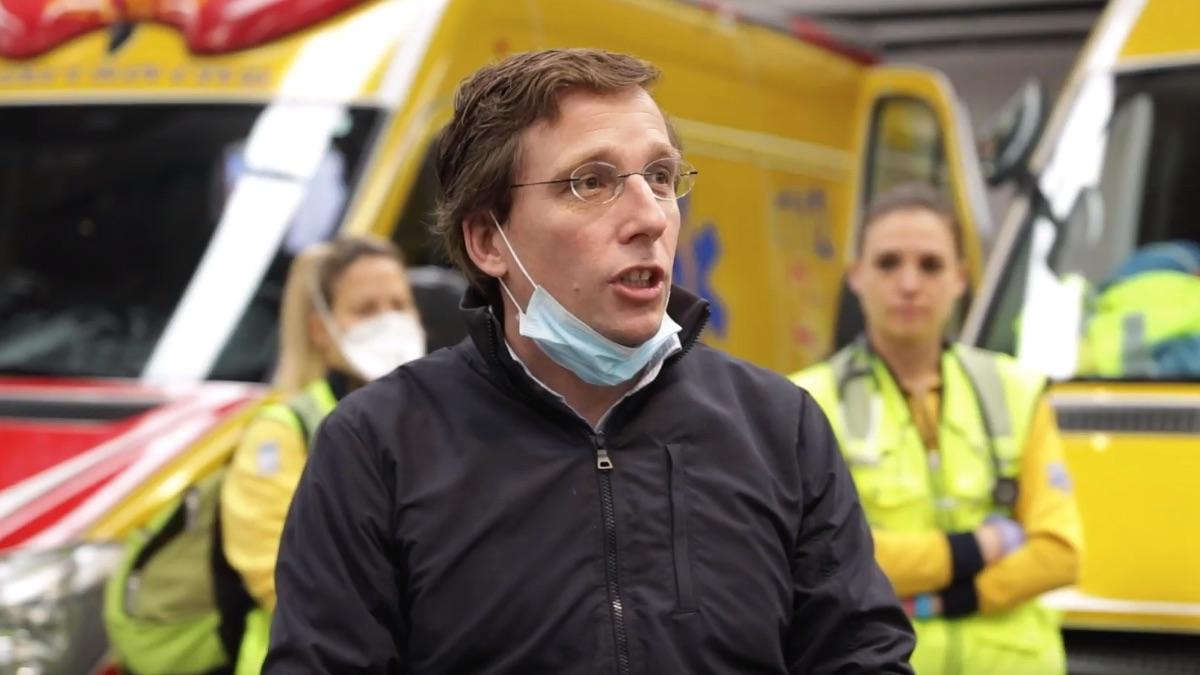 José Luis Martínez-Almeida hablando con personal de Samur Protección Civil. (Foto: Madrid)