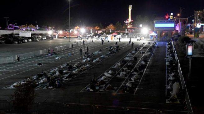 Las Vegas cierra un centro de acogida y obliga a los 'sin techo' a dormir en un parking por el coronavirus