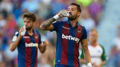 Morales, bebiendo agua durante una pausa de hidratación (Getty).