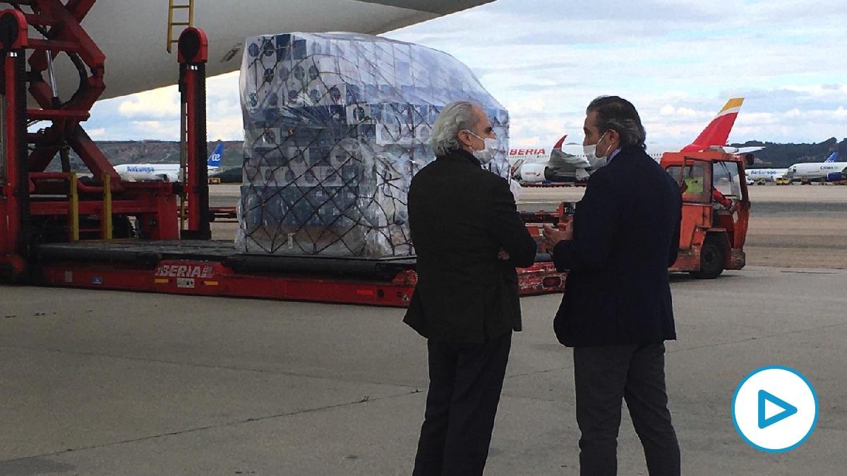 Los consejeros de Sanidad y Justicia con el cargamento recién aterrizado.