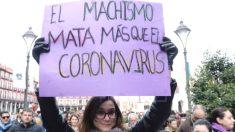 Una manifestante del 8M portando una pancarta con el lema «El machismo mata más que el coronavirus». (Foto: Efe)