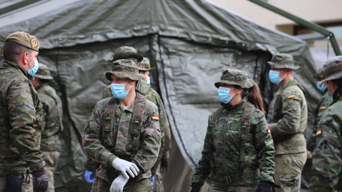 Personal del Mando de Ingenieros de Salamanca del Ejército de Tierra preparan un hospital de campaña. (Foto: EP)