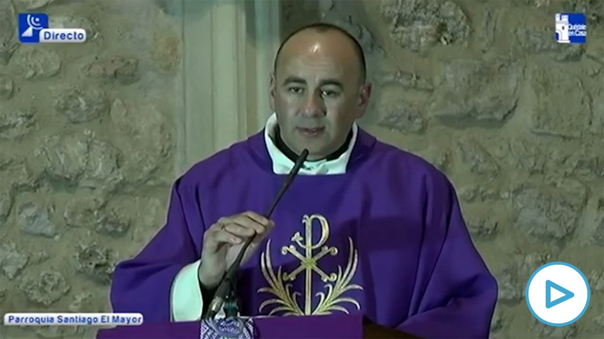 El Padre López, de Membrilla (Ciudad Real), oficiando una misa en pleno estado de alarma por el coronavirus.