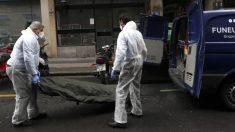 Operarios de una funeraria del País Vasco trasladan los restos de un fallecido por coronavirus (Foto: EFE).