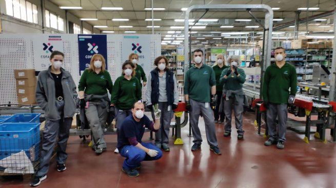 Los empleados de Cofares producen más de 500 máscaras protectoras para bomberos en una semana