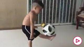 Niño toques balón