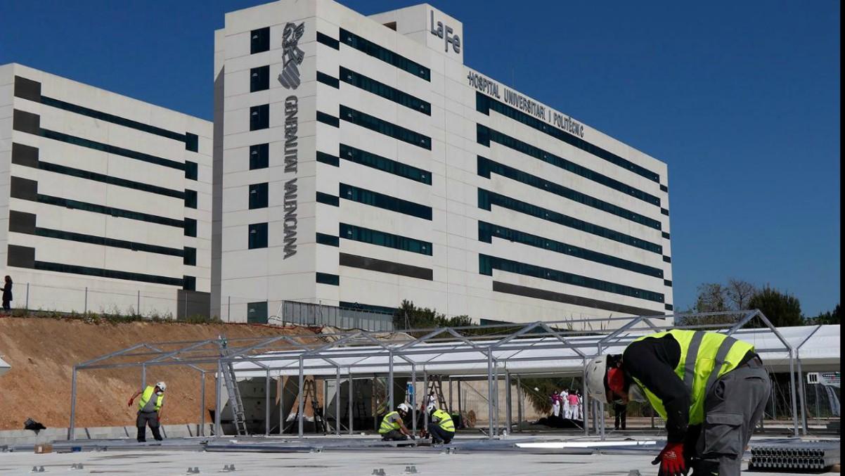 Labores de construcción del hospital de campaña frente a La Fe de Valencia para víctimas del coronavirus