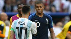 Kylian Mbappé y Leo Messi se saludan tras un partido en el Mundial de Rusia 2018. (Getty)