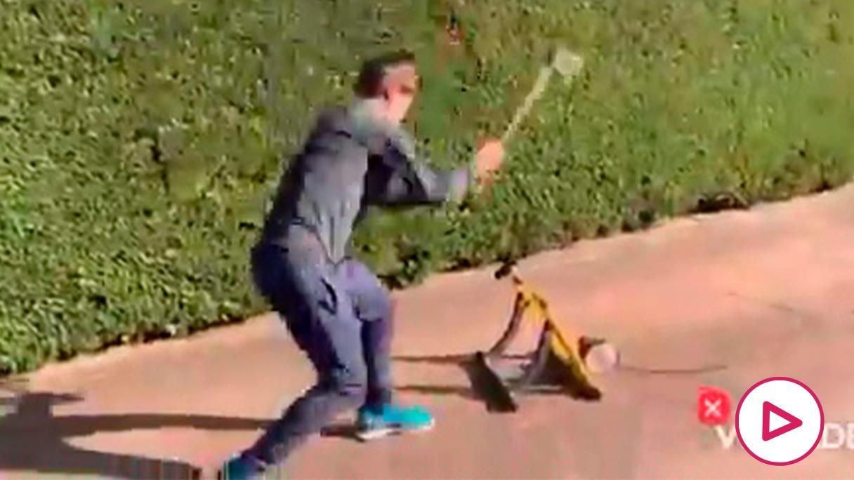Mikel Landa, con un hacha en su jardín.