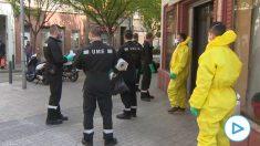 Imágenes de efectivos de la Unidad Militar de Emergencias en la residencia El Pilar, en  L'Hospitalet de Llobregat.