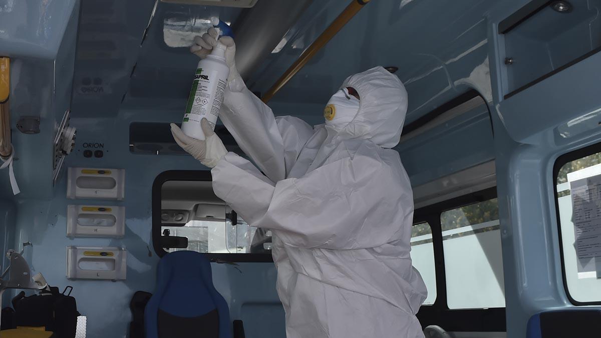 Un profesional sanitario italiano desinfecta el interior de una ambulancia que recoge pacientes de coronavirus. Foto: EP