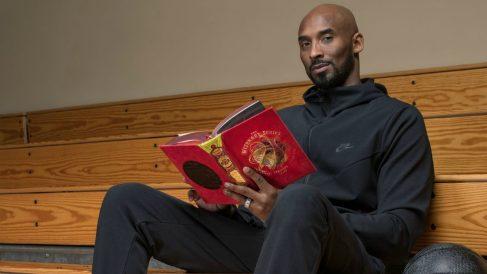 Kobe Bryant leyendo uno de los libros de la serie Wizenard.