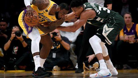 Lebron James, defendido por Antetokounmpo en un partido de la NBA. (AFP)