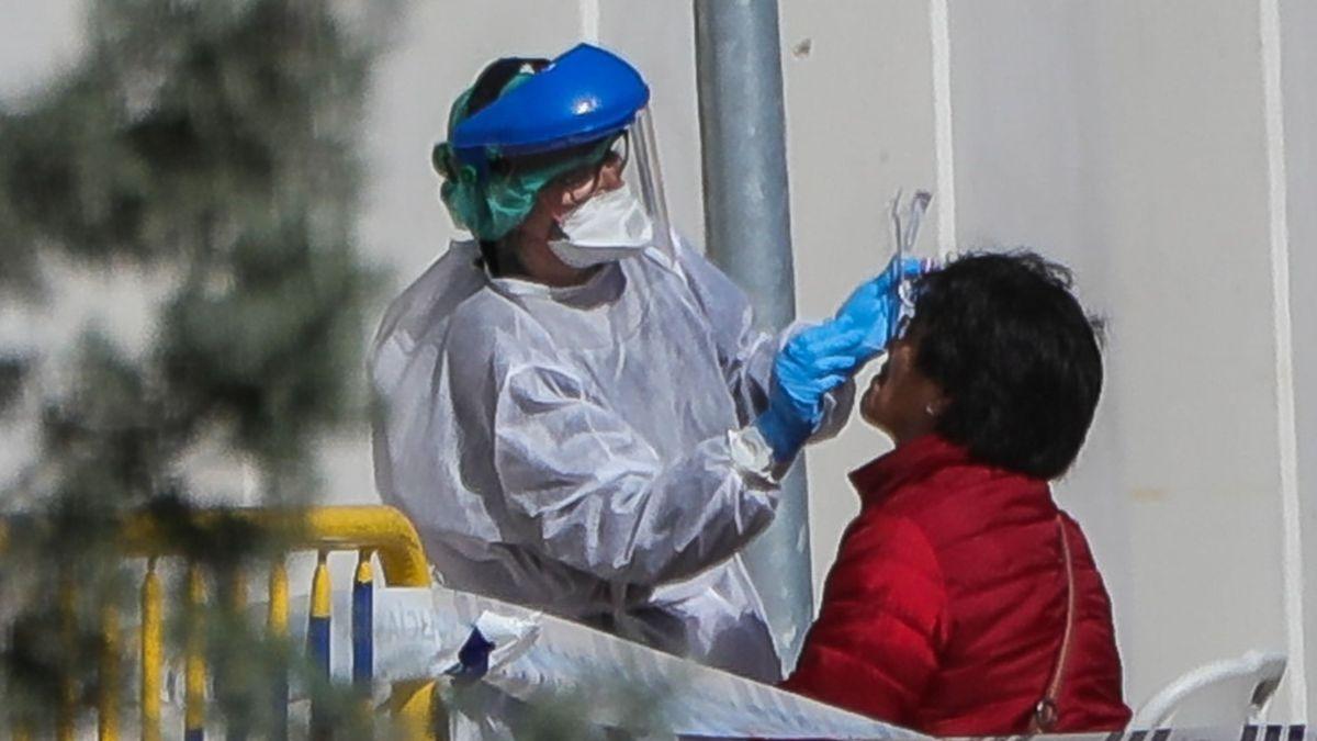 Un sanitario realiza el test del coronavirus.