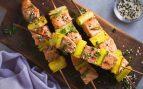 Brochetas de salmón y aguacate al pesto