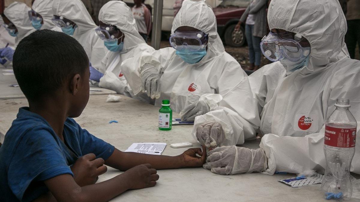 Un grupo de trabajadores sanitarios recoge muestras de sangre para detectar el nuevo coronavirus Covid-19 en Antananrivo, Madagascar. Foto: AFP