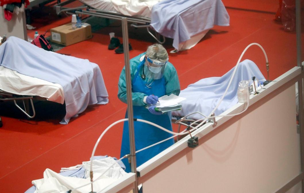 Sanitario en el hospital habilitado en el Ifema de Madrid.