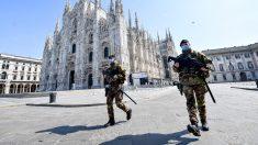 Dos militares vigilan una desierta plaza del Duomo en Milán durante el estado de alarma declarado por el coronavirus. Foto: EP