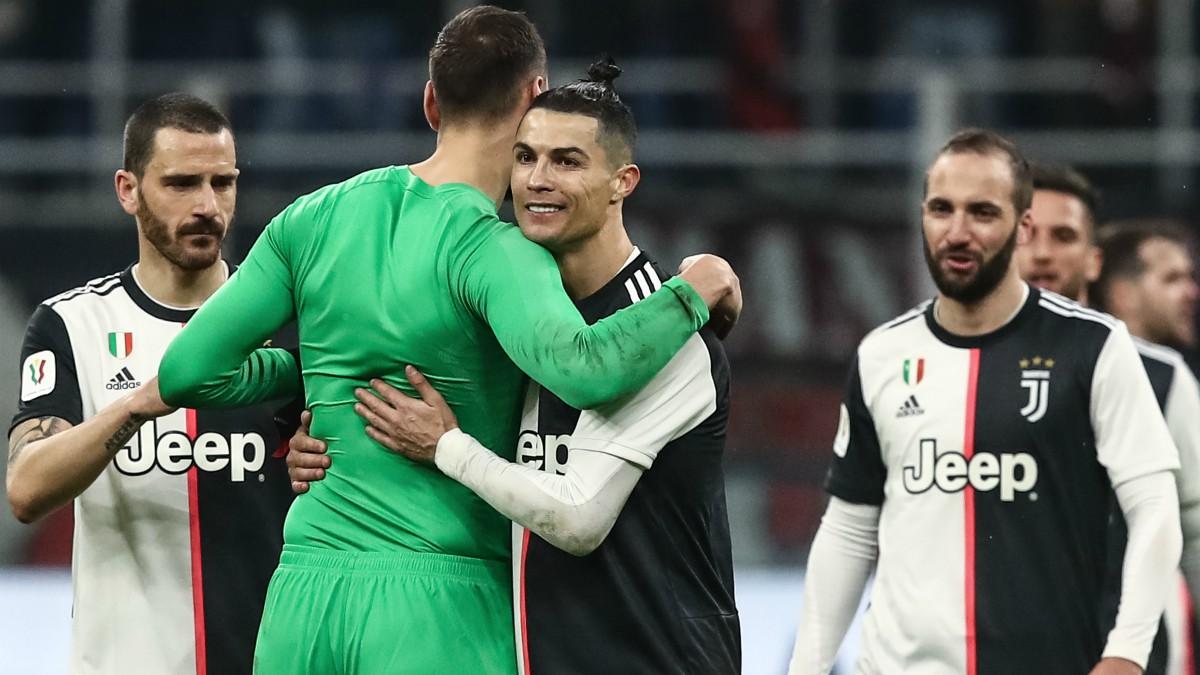 Cristiano Ronaldo se abraza con Donnarumma tras un partido. (AFP)