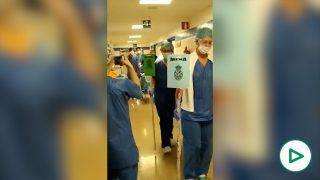 Los sanitarios del Hospital de Málaga haciendo una procesión por Semana Santa.