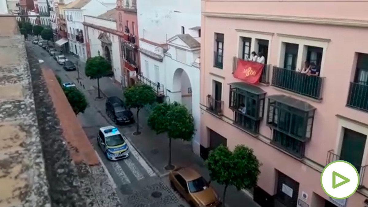 La Policía alegra a los sevillanos interpretando un paso de Semana Santa