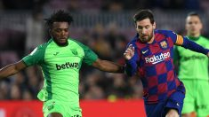 Awaziem y Messi, en un partido (Getty).