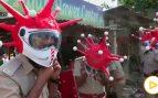 La policía india se pone 'coronacascos'