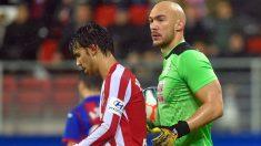 Marko Dmitrovic durante un partido frente al Atlético de Madrid. (AFP)