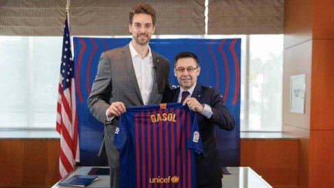 Pau Gasol posa con la camiseta del Barcelona junto a Bartomeu. (fcbarcelona.cat)