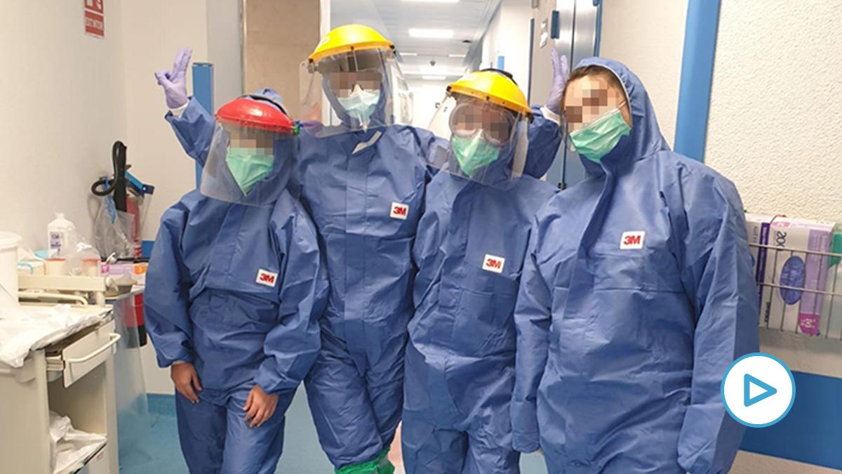 Personal sanitario con monos de prevención adquiridos durante la crisis del ébola.