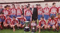 Radomir Antic, a la izquierda, posa con el equipo del doblete y Jesús Gil.