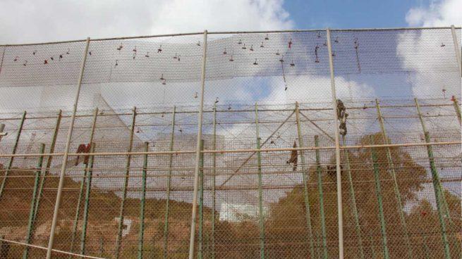 Medio centenar de inmigrantes entran a Melilla en un violento asalto que deja un guardia civil herido