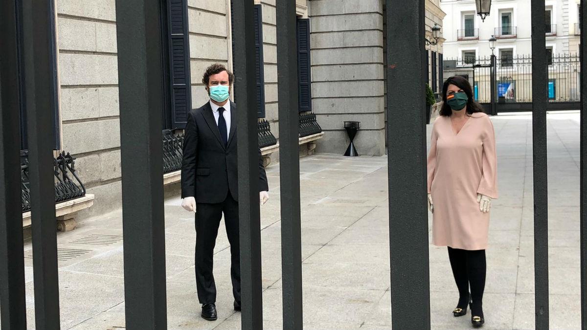 Iván Espinosa de los Monteros y Macarena Olona en el Patio del Congreso. (Foto: Vox)