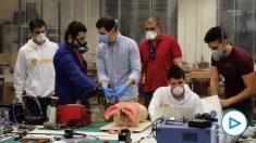 Miembros de 'The Open Ventilator', una asociación sin ánimo de lucro que fabrica respiradores.