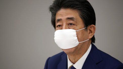 El primer ministro japonés, Shinzo Abe, con mascarilla durante una reunión para evaluar el estado del coronavirus en el país nipón. Foto: AFP