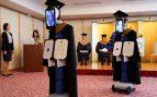 El coronavirus obliga a una universidad de Japón a celebrar la graduación con robots