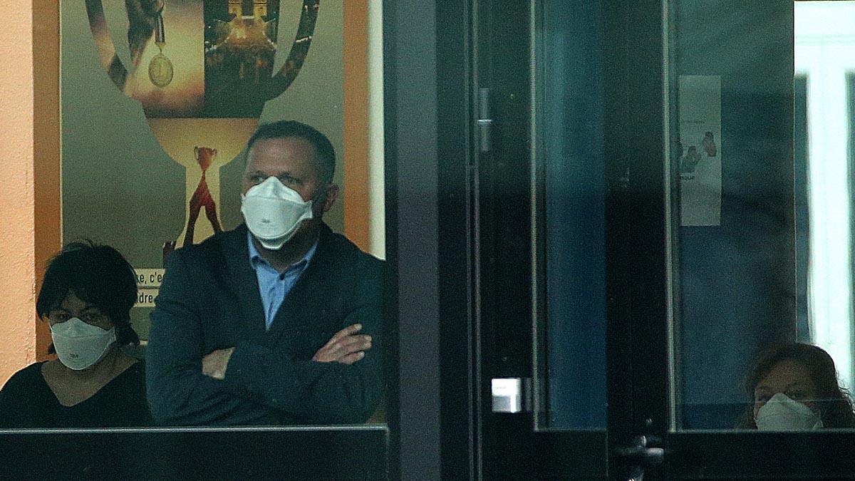 Ciudadanos franceses con mascarillas dentro de un local comercial. Foto: AFP
